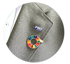 社章とクリップタイプSDGsバッジの着用例
